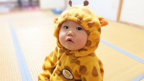 暖かそうな着ぐるみ姿の赤ちゃん