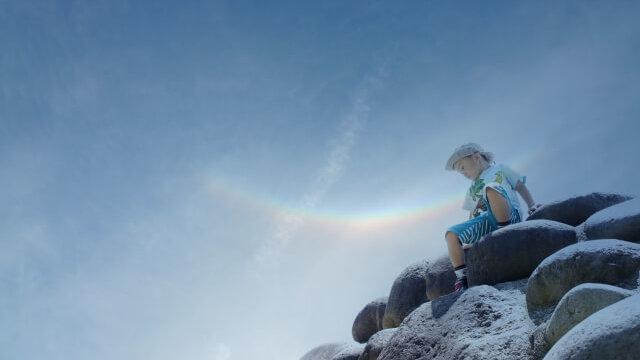 青空と虹と少年の写真