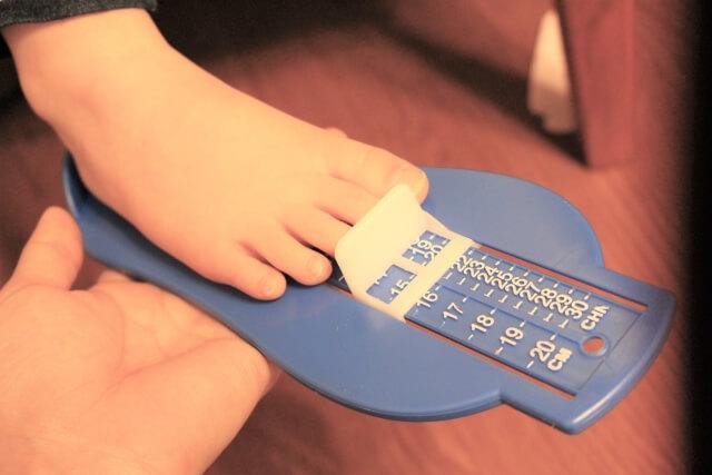 シューフィッターに足のサイズを測ってもらっているところ
