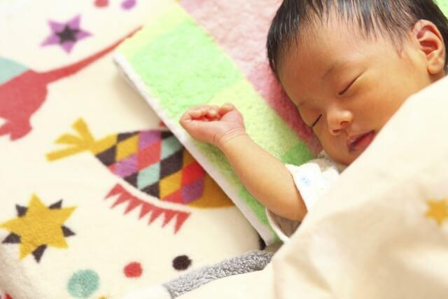 新生児の赤ちゃんが眠っている様子